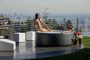 Deux femmes installées dans un spa sur balcon