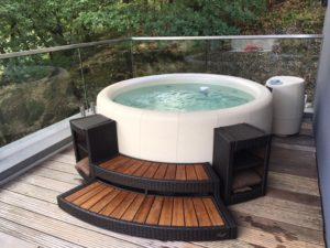 Photo d'un spa avec marche installé sur un balcon